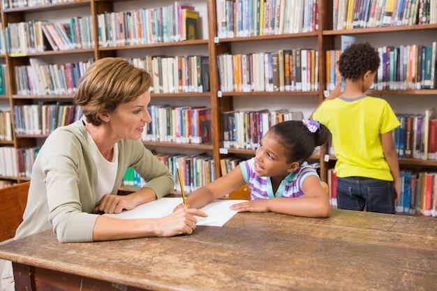 Nauczyciel pomaga uczniowi w bibliotece