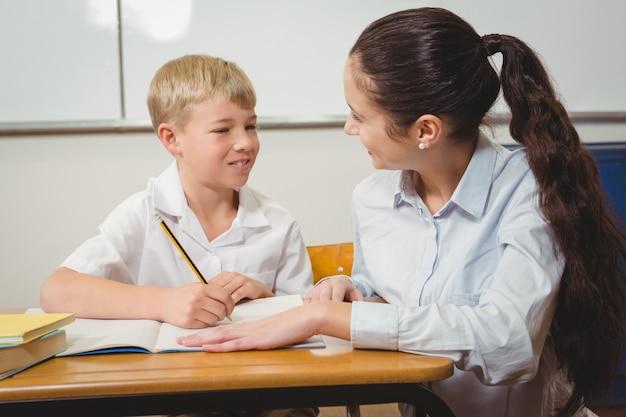 Nauczyciel pomaga uczniowi w klasie
