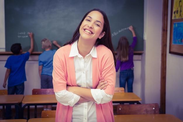 Nauczyciel pozycja z uczniami przy blackboard