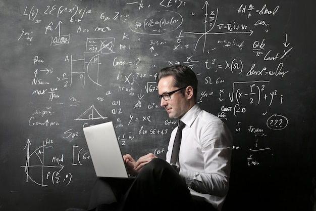 Nauczyciel pracuje na laptopie