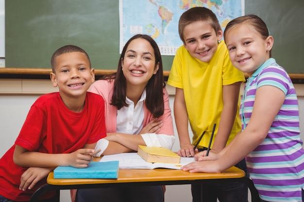 Nauczyciel pracuje z grupą uczniów