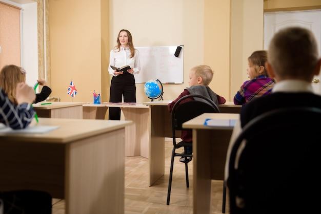Nauczyciel prowadzący lekcję dla uczniów szkół podstawowych.