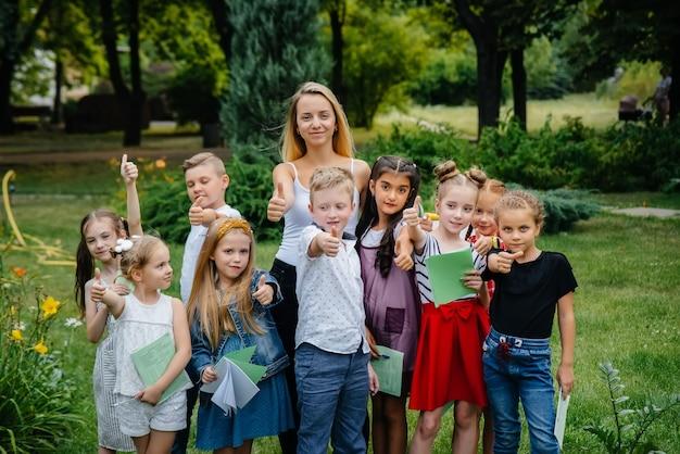 Nauczyciel prowadzi klasę dzieci w plenerowym parku