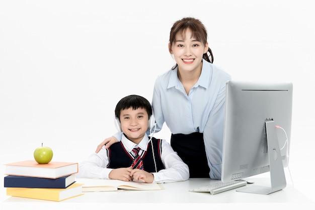 Nauczyciel prowadzi korepetycje dzieci z edukacji online