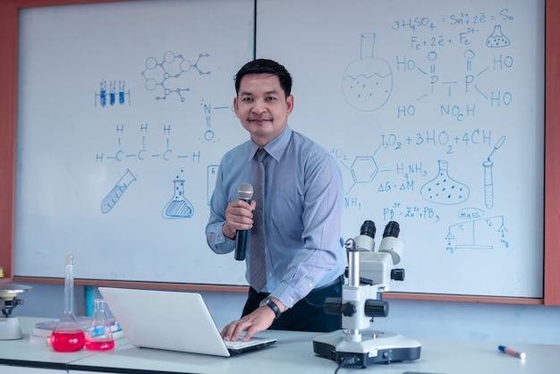 Nauczyciel prowadzi zajęcia z nauk ścisłych online podczas blokady z powodu pandemii covid-19. koncepcja dnia szczęśliwego nauczyciela