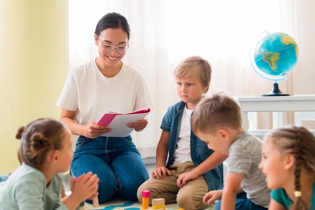 Nauczyciel przedszkola trzymając zeszyt