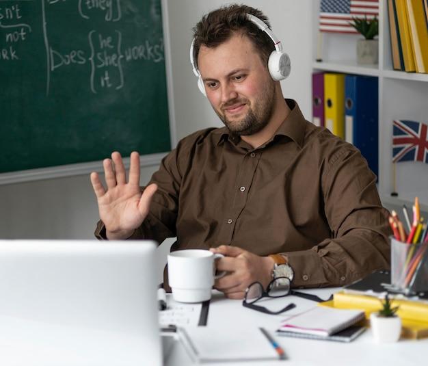 Nauczyciel robi lekcję angielskiego online dla swoich uczniów