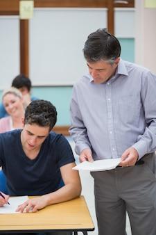 Nauczyciel rozmawia z uczniem
