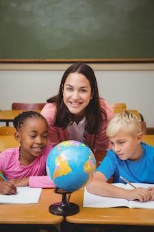Nauczyciel siedzi z uczniami