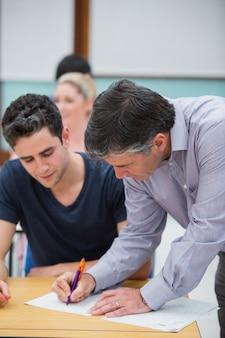 Nauczyciel sporządza notatkę na temat pracy studentów