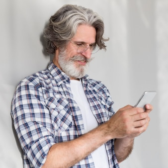 Nauczyciel stoi i używa telefonu