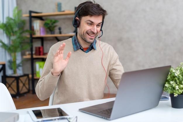 Nauczyciel tkający u swoich uczniów online