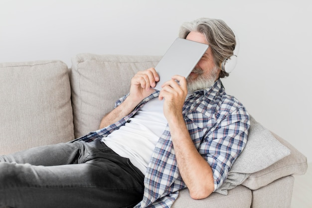 Nauczyciel trzymając tablet blisko twarzy