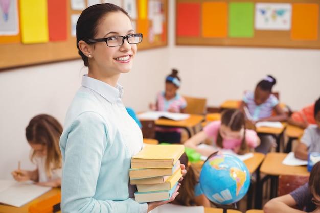 Nauczyciel uśmiecha się do kamery w klasie