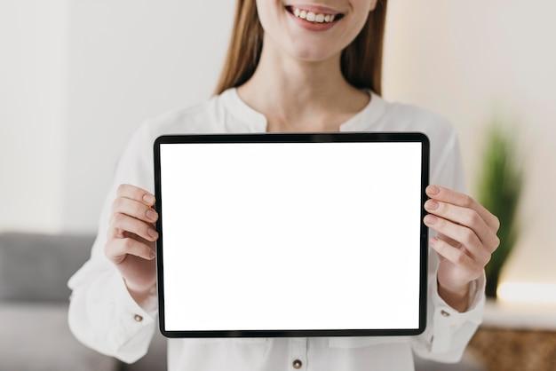 Nauczyciel widok z przodu trzymając cyfrowy tablet w przestrzeni kopii