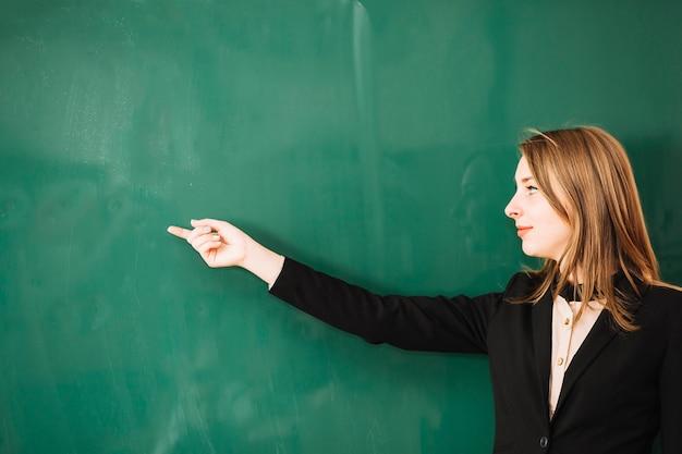 Nauczyciel wskazując palcem na pokładzie
