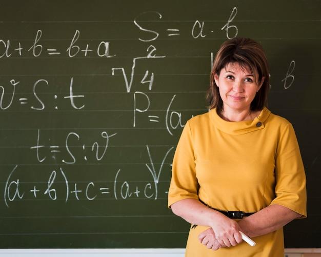 Nauczyciel wyjaśniający na tablicy