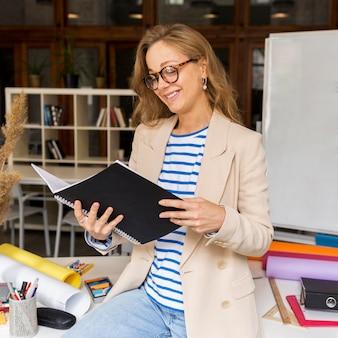 Nauczyciel z czytaniem zeszytów