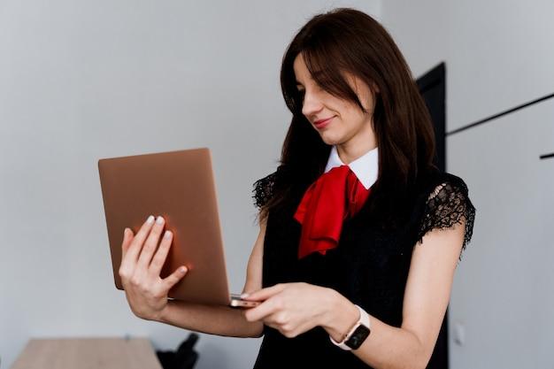 Nauczyciel z laptopem. . prywatna nauka w zagranicznej szkole z uczennicą. nauczyciel wyjaśnia gramatykę języka ojczystego na laptopie.