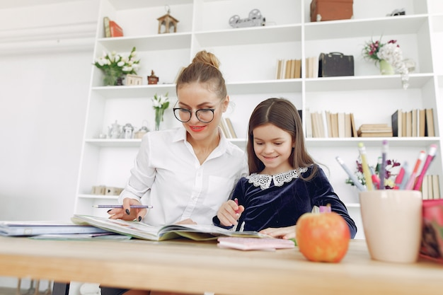 Nauczyciel z małą dziewczynką studiującą w domu