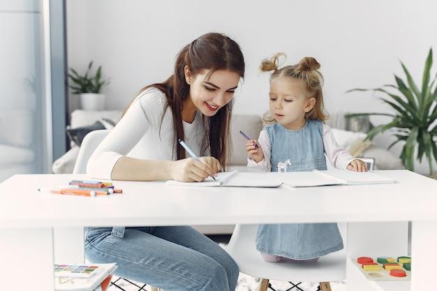 Nauczyciel Z Małą Dziewczynką Studiującą W Domu Darmowe Zdjęcia