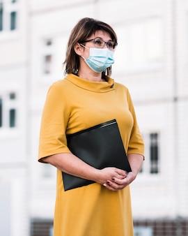 Nauczyciel z maską na zewnątrz