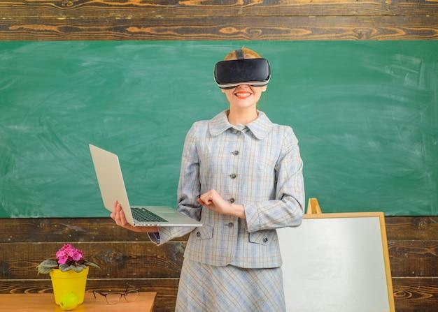 Nauczyciel z nauczycielem laptopa w zestawie słuchawkowym vr z laptopem z powrotem do szkoły edukacja online edukacja