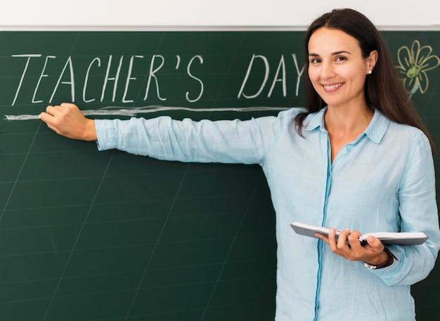 Nauczyciel z przodu obchodzi dzień nauczyciela