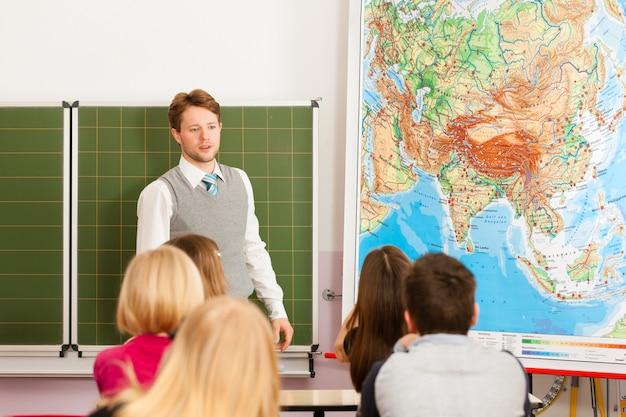Nauczyciel z uczniem w nauczaniu szkolnym