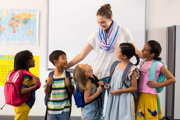 Nauczyciel z uśmiechniętymi dziećmi