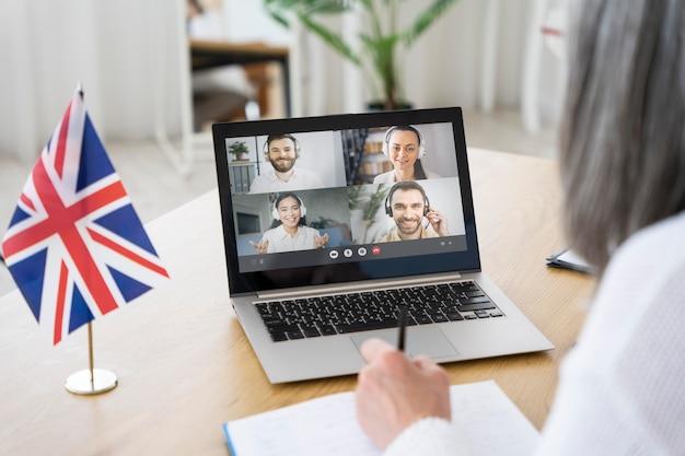 Nauczycielka angielskiego prowadzi zajęcia na laptopie