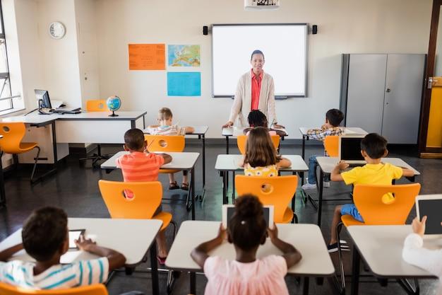 Nauczycielka daje lekcje swoim uczniom