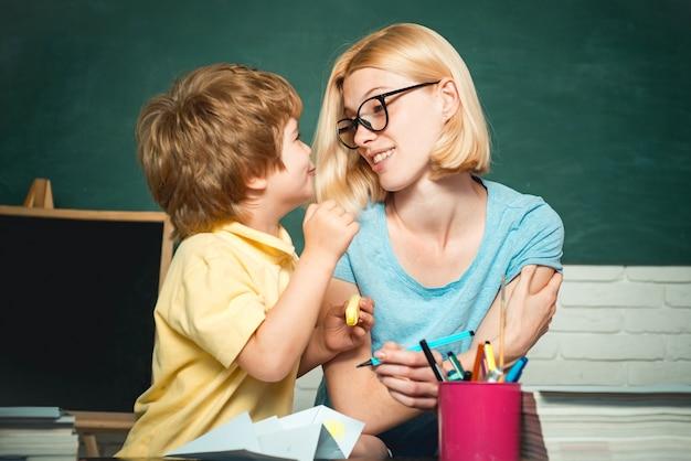 Nauczycielka i uczeń w klasie w szkole