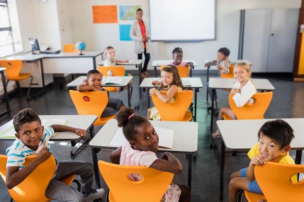 Nauczycielka pozuje z uczniami