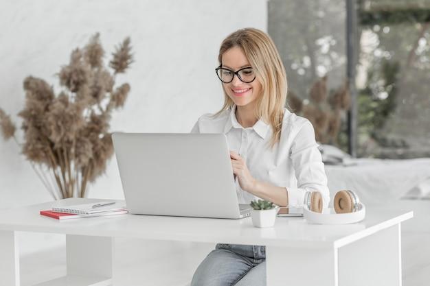 Nauczycielka robi swoje zajęcia online w domu