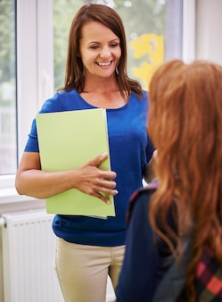 Nauczycielka rozmawia ze swoim uczniem po lekcjach