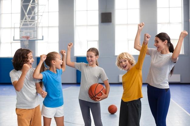 Nauczycielka sportu ze swoimi uczniami
