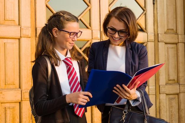 Nauczycielka w szkole średniej rozmawia z uczennicą