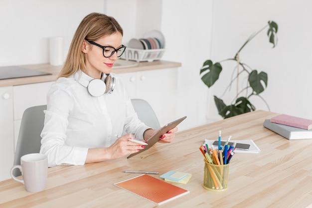 Nauczycielka wysokiego kąta robi swoje zajęcia online