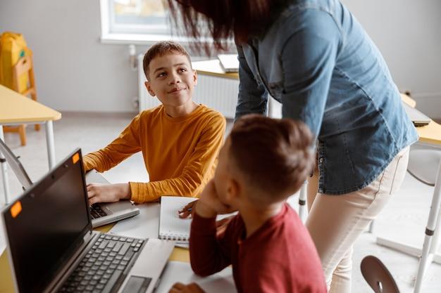 Nauczycielka z dziećmi podczas lekcji w klasie