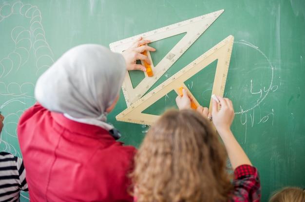 Nauczycielka z uczniami