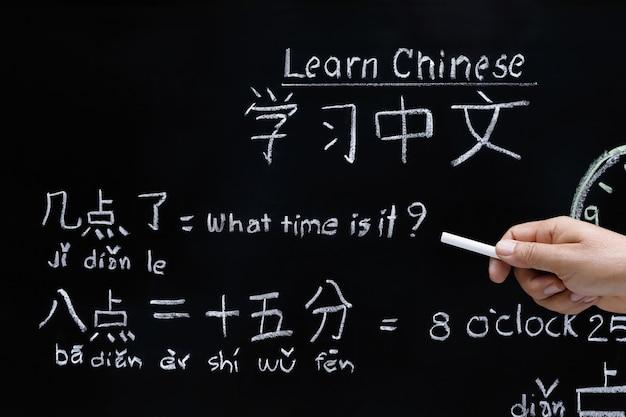 Nauka chińskiego określania czasu w klasie.