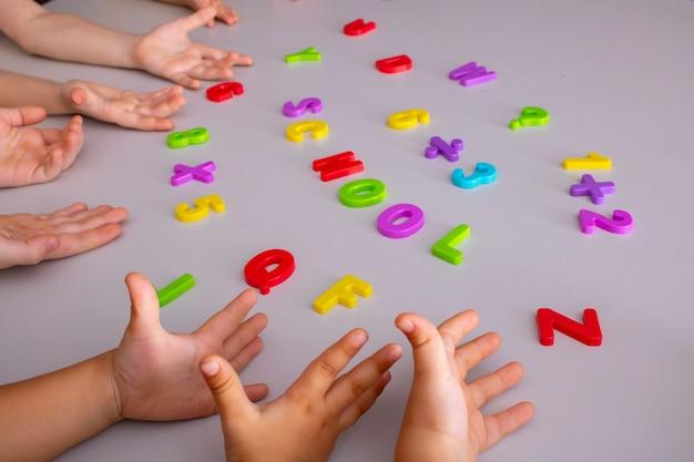 Nauka elementów przyborów szkolnych rękami dzieci