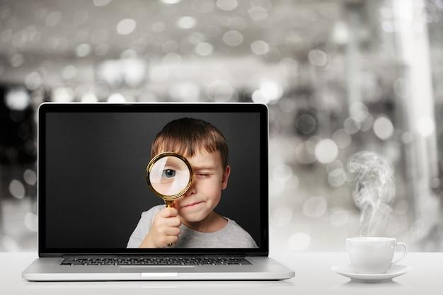 Nauka online na laptopie w domu. twarz chłopca w monitorze komputera