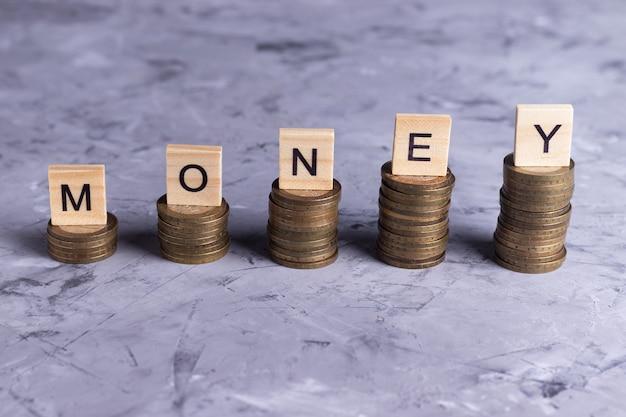 Nauka oszczędzania pieniędzy krok po kroku na szarym tle