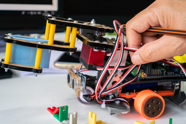 Nauka studenta na tablicy elektronicznej do zaprogramowania przez robotykę elektronikę w laboratorium w szkole. koncepcja matematyki, inżynierii, nauki, technologii dla innowacji diy