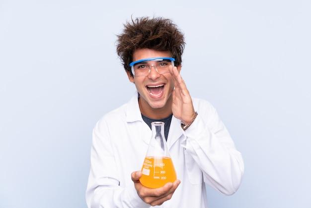Naukowa mężczyzna nad odosobnioną błękit ścianą