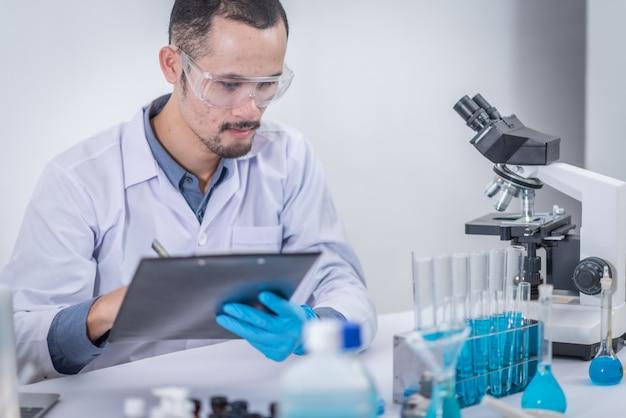 Naukowcy analizują dane, aby stworzyć innowacje naukowe. nowoczesna edukacja