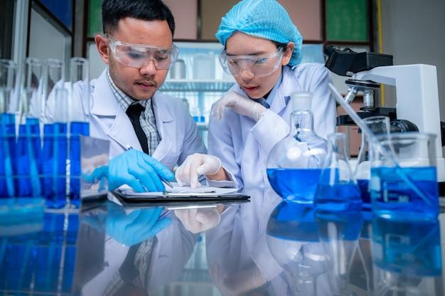 Naukowcy analizujący próbkę w laboratorium