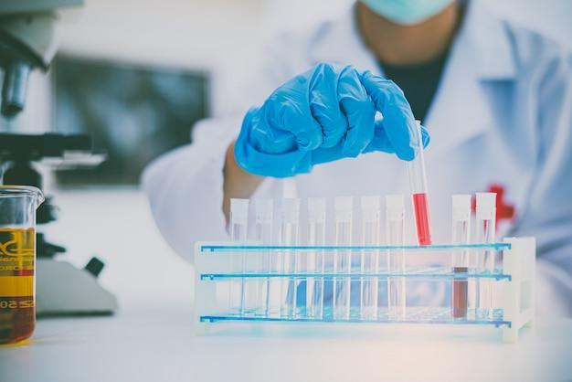 Naukowcy badają szczepionki przeciwko wirusom w laboratorium edukacji nauk medycznych w laboratorium.